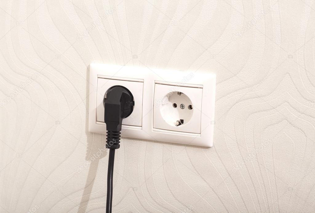 weiße Steckdose mit Stecker an der Wand — Stockfoto © yurchello_108 ...