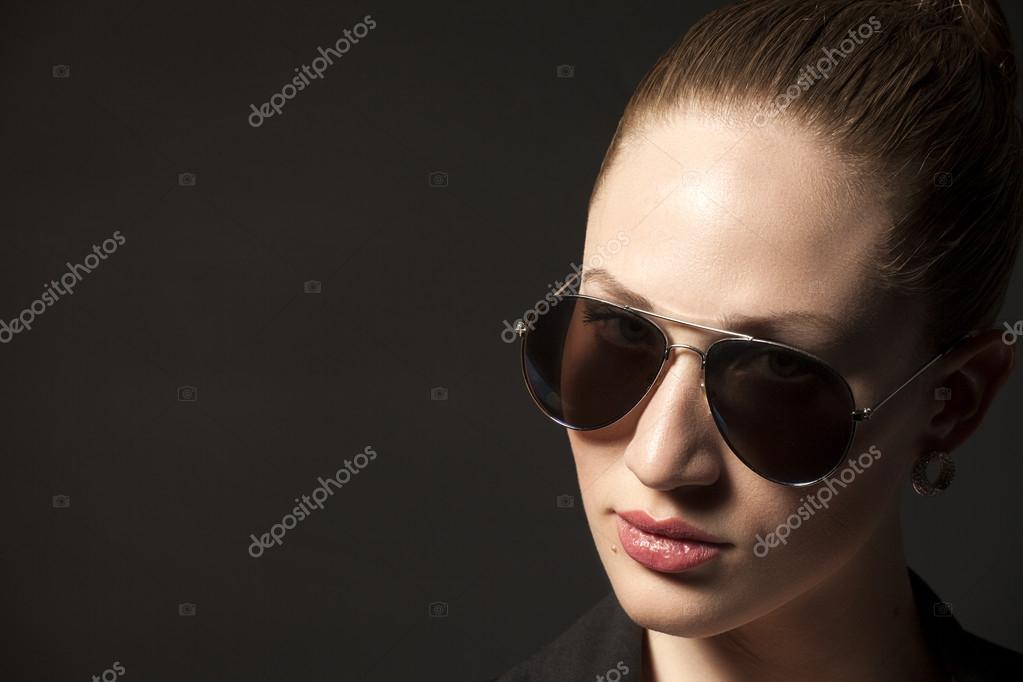 Портрет красива молода жінка в сонцезахисні окуляри на чорному фоні — Фото  від yurchello 108 f7526efa864b8