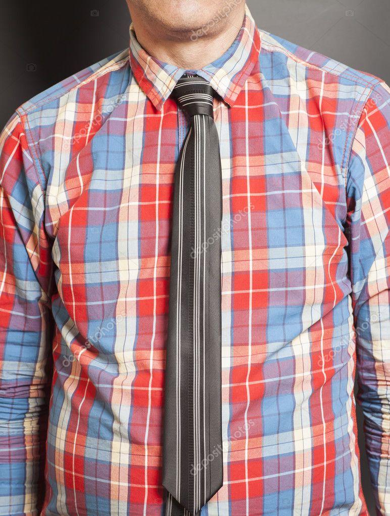 Hombre vestido con camisa a cuadros con lazo negro — Foto de stock ...