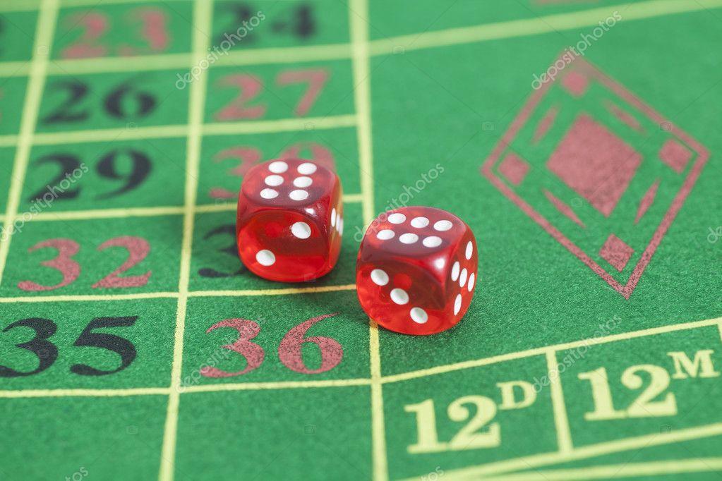 Rodillo De Los Dados Rojos En Un Juego De Mesa En Un Casino Foto