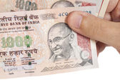 Ruka s poznámkami Rupie indická tisíc