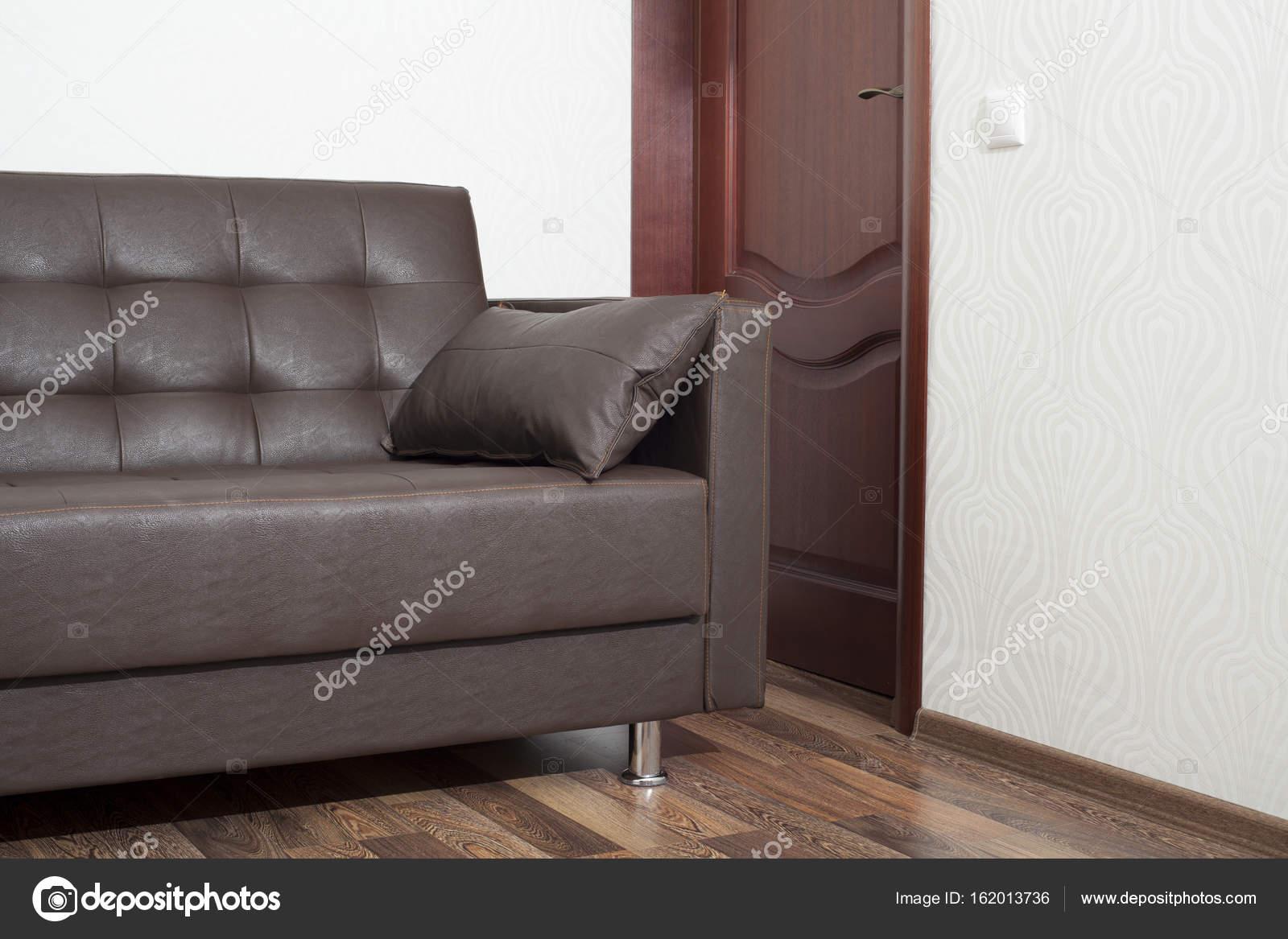 Braune Ledercouch Im Zimmer Stockfoto Yurchello108