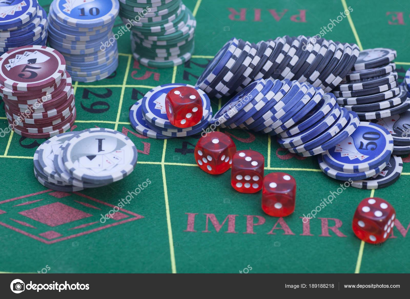 Juego Dados Casino Dados Rojo Extremo Fichas En Una Mesa De Juego