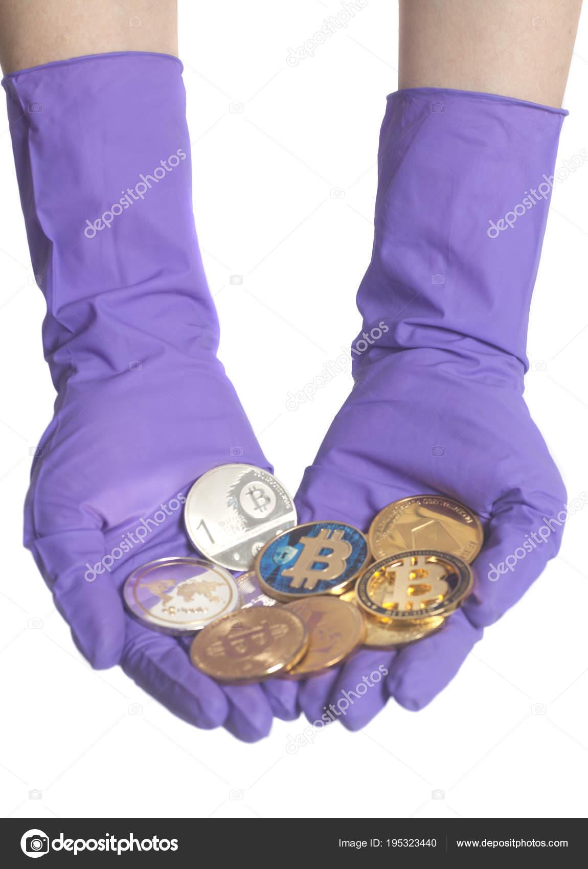 Hand In Lila Handschuhe Hält Münzen Crypto Currencymining Konzept