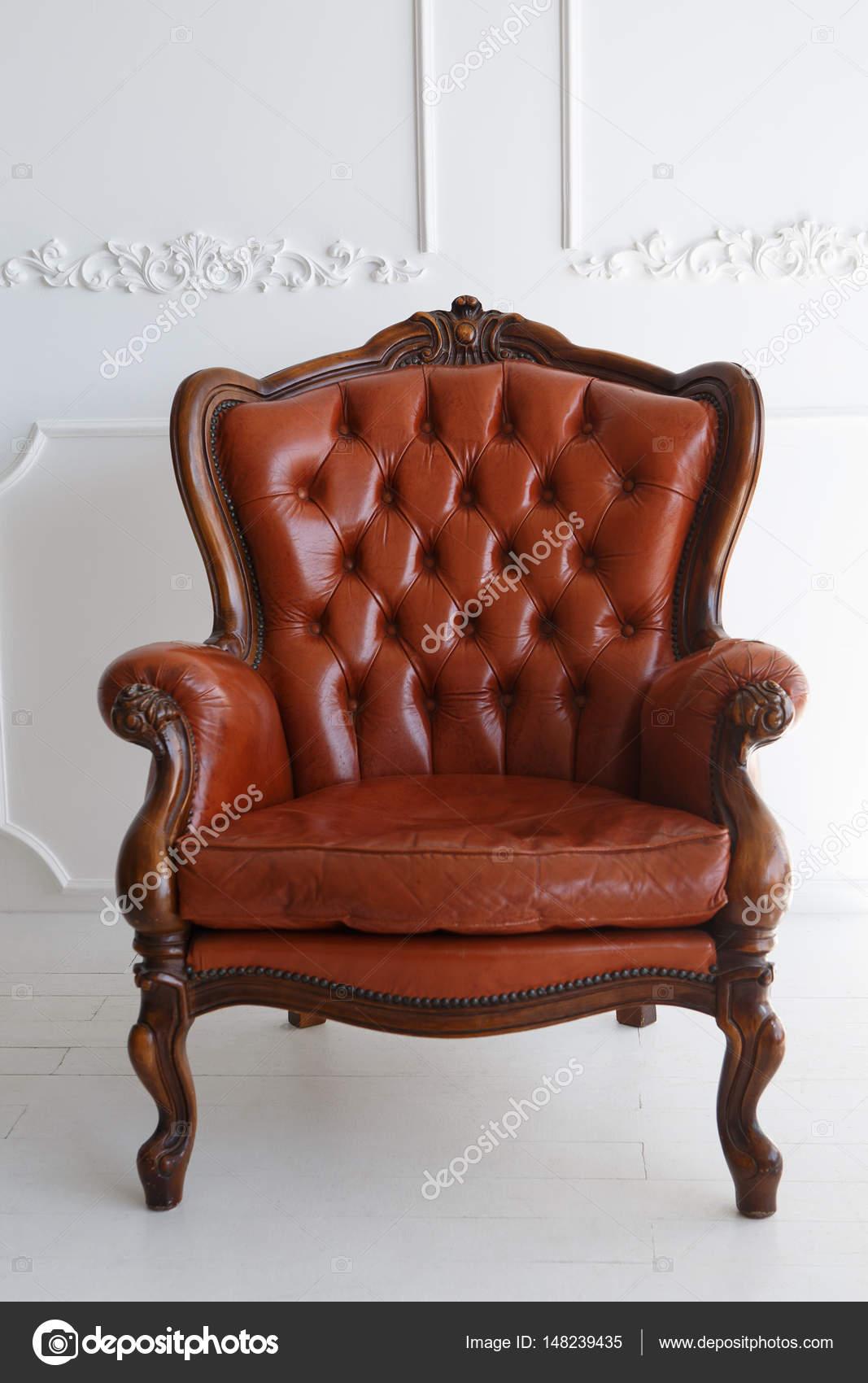 Divano in pelle vintage marrone di lusso poltrona classico marrone in pelle e su un stucco di - Divano classico in pelle ...
