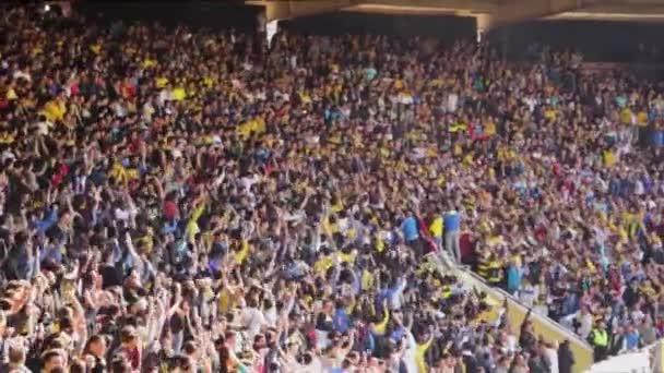 Ankara / Türkei - 03.05.2017: Massive Menge von Fußballfans brüllt sich gegenseitig an. Ankaragc ist ein Fußballklub, der in der türkischen Super League spielt