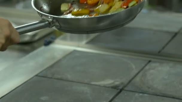 Vynikající pan míchejte smažené barevné čerstvá zelenina připravuje