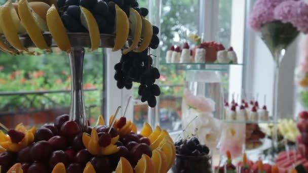 lahodné zdobené sladkosti a ovoce na bufetových stolech, koktejl párty