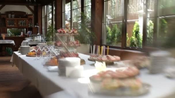 lahodné zdobené sladkosti a ovoce na tabulkách, koktejl párty pozadí