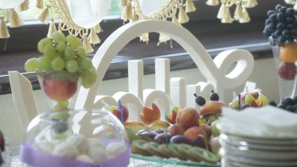 lahodné zdobené ovoce na tabulkách pro svatební hostinu, koktejl párty