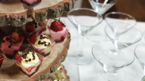 köstlich dekorierte Süßigkeiten auf Holztisch, Cocktails Party Catering