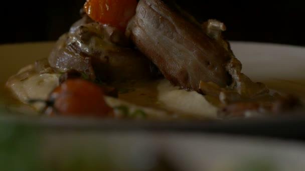 zdobené potravin deska shora. bílá deska pěkné zdobené jídlo servírované