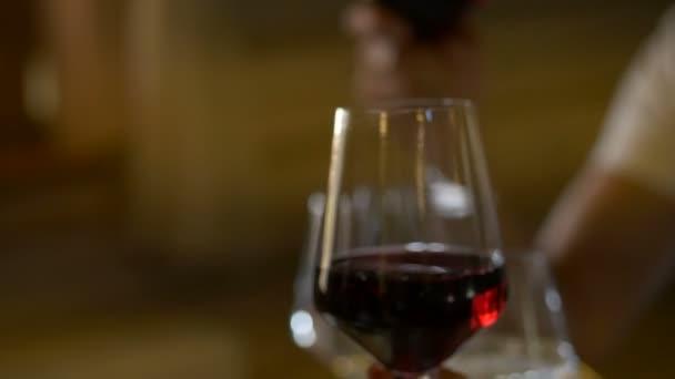Ehepaare, die Weingläser aufstellen. Menschen, die Weißwein trinken.
