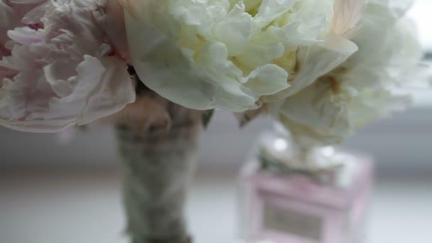Svatební kytice dekorace s parfém, zbarvené květy v bílé stolní
