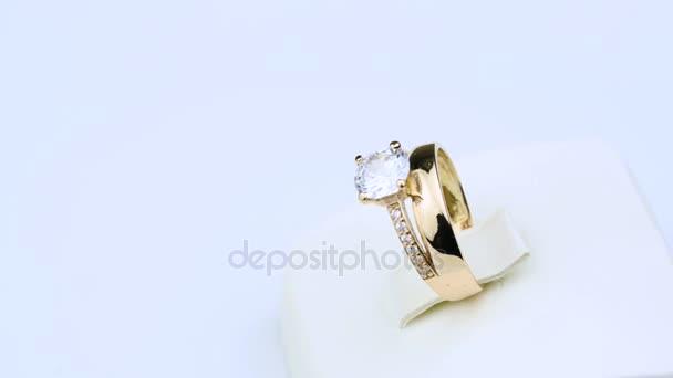 šperků zlatý prsten s diamanty bílé pozadí