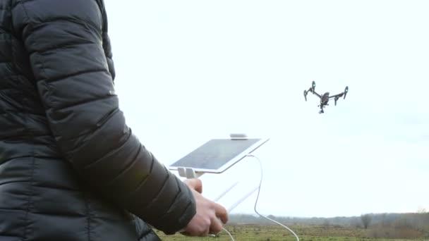muž řízení dron létá na pozadí zbělalo