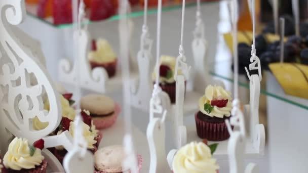 Ošuntělý elegantní oslavu dort a koláčky