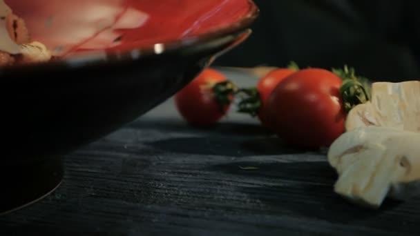 Caesar salát s kuřecí řízek. Dolly zastřelen. Na černém pozadí dřevěná