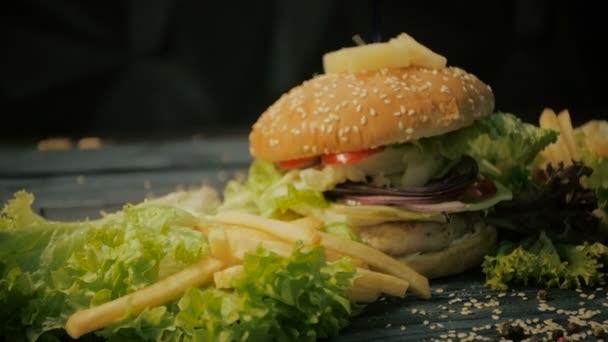 Chutné burger je skvělý na dřevěný tác. Dolly zastřelil