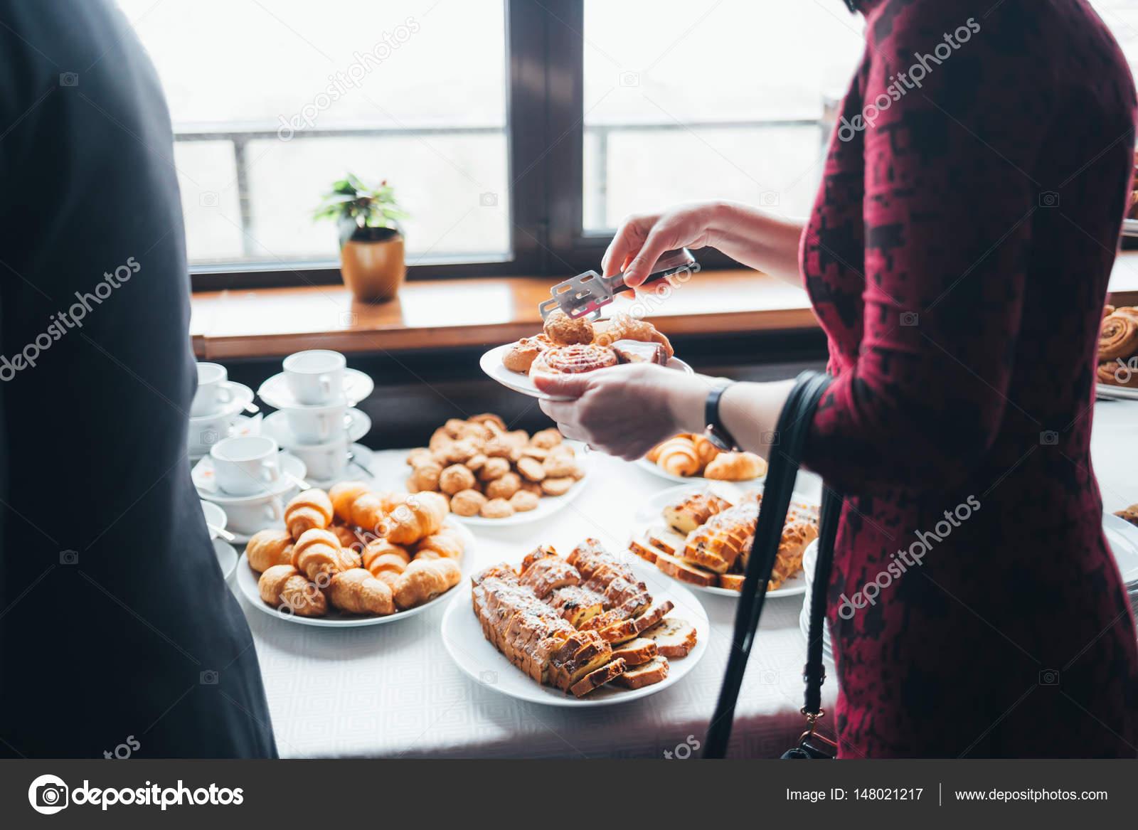 Menschen Essen Leckere Kuchen Urlaub Tisch Stockfoto
