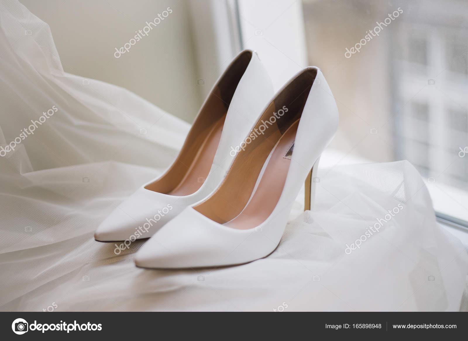 5e92e9442d8368 Елегантні туфлі на випускний для нареченої — Стокове фото — білий ...