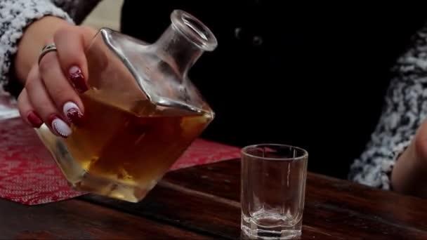 Nalijte do hromady alkoholu z láhve