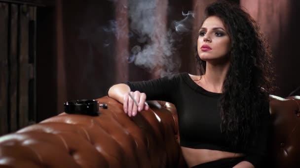 kouření gauč