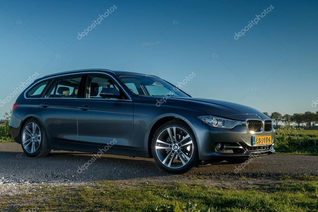 BMW 320i touring debout dans un polder hollandais — Photo ...
