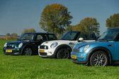 V Nizozemsku 15 října 2017 tři typy nové Mini auta stojí na trávě