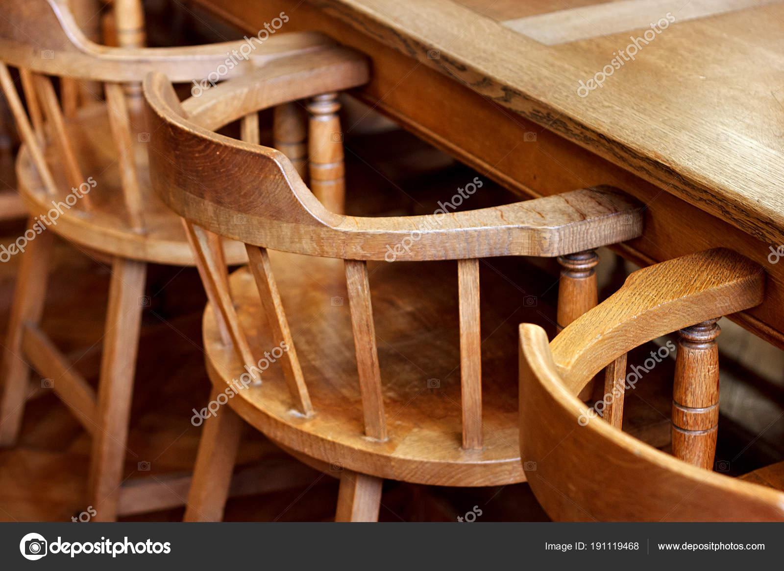 Stock Sedie Di Legno.Sedie Di Legno Dell Annata Nella Biblioteca Storica Foto Stock