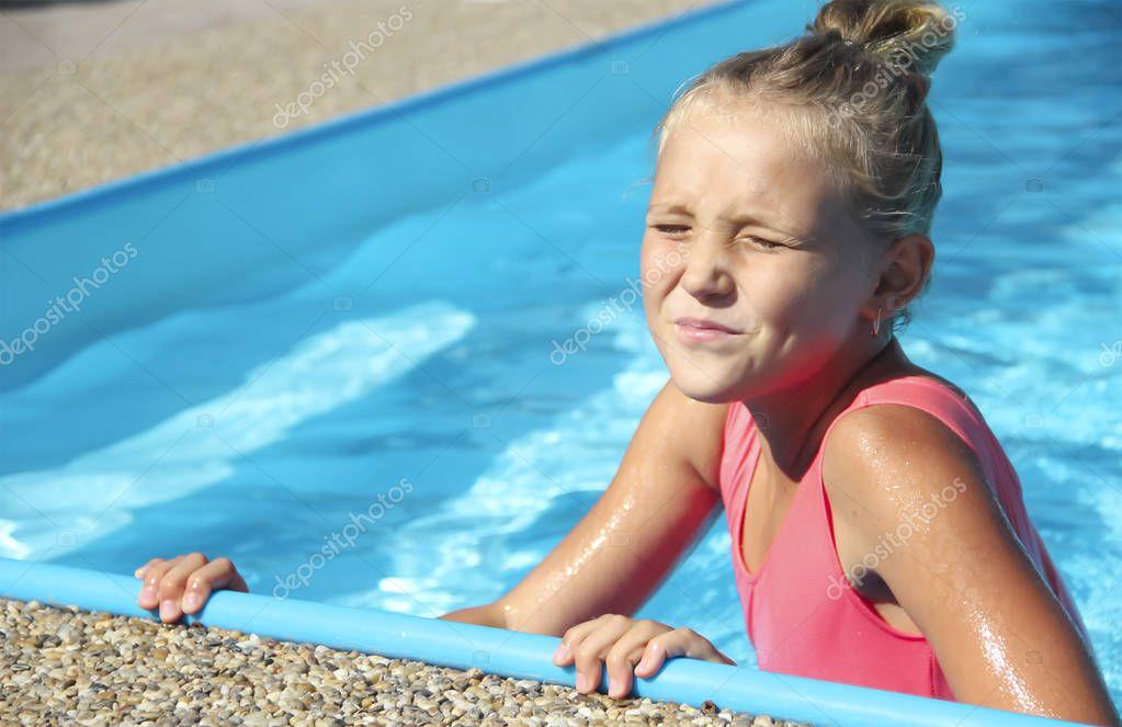 kleines Mädchen im Pool Porträt der Emotion schielen