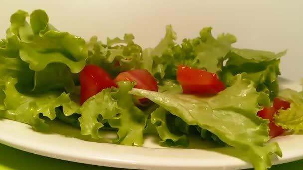 hlávkový salát, rajčata přesuňte předkrm