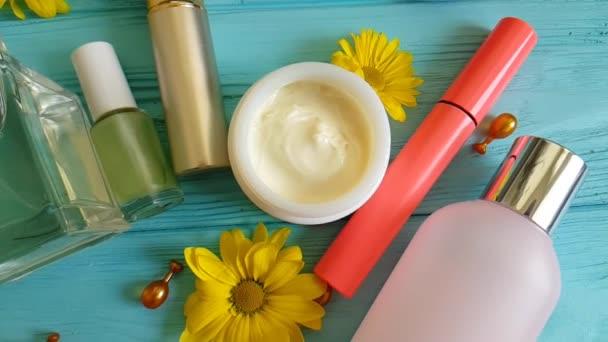 kozmetikai táska, dekoratív kozmetikumok a kék fa
