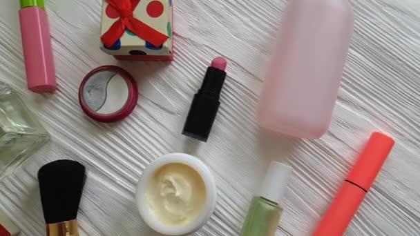 kosmetická taška s dekorativní kosmetikou na bílé dřevěné