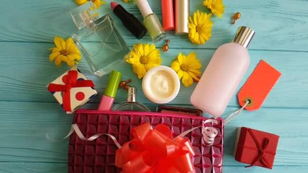 kosmetická taška s dekorativní kosmetikou na modré dřevěné