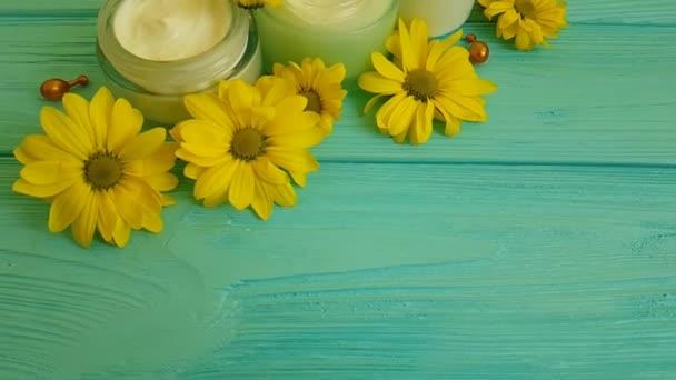 a fából készült kék krém sárga virágok
