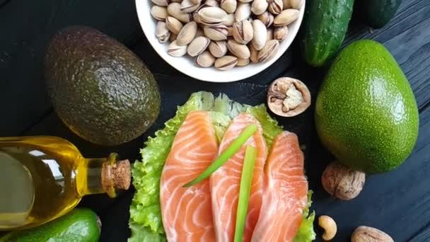 citron, avokádo červené ryby na dřevěné pozadí