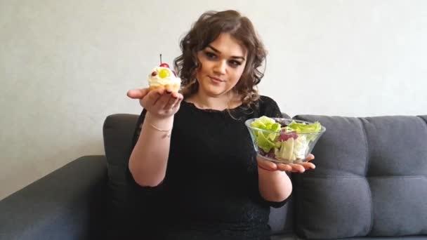 Volles Mädchen mit Kuchen und Salat