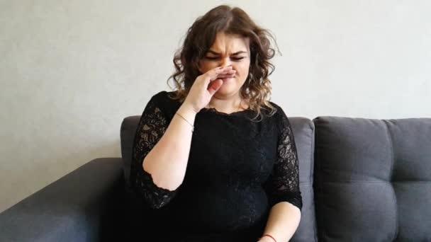 dívka plná kýchne na gauči