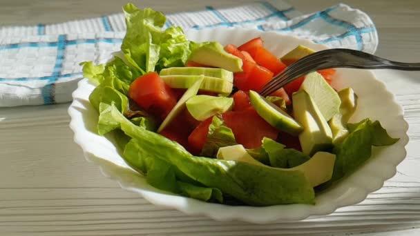 salát s avokádem tomatoavocado rajčatové saláty, vidlice