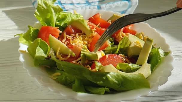 salát avokádo rajčatový sýr pomalý pohyb