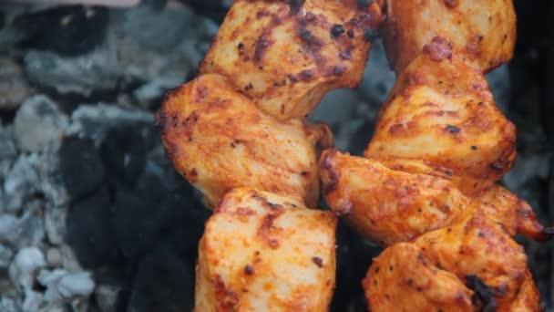 šíš kebab je smažené na uhlí