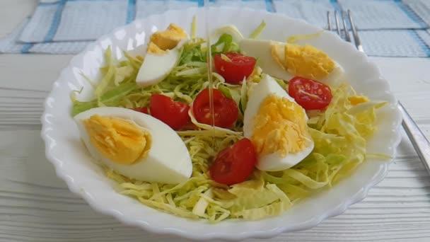 salát zelí rajče vejce s olejem, zpomalené střílení