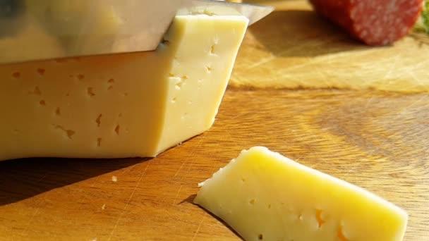 sýr nakrájíme nožem na dřevěné, Zpomalený záběr