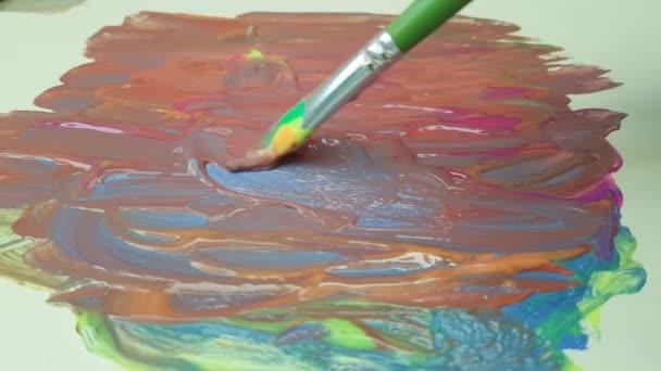 Malování štětcem umělce barvy
