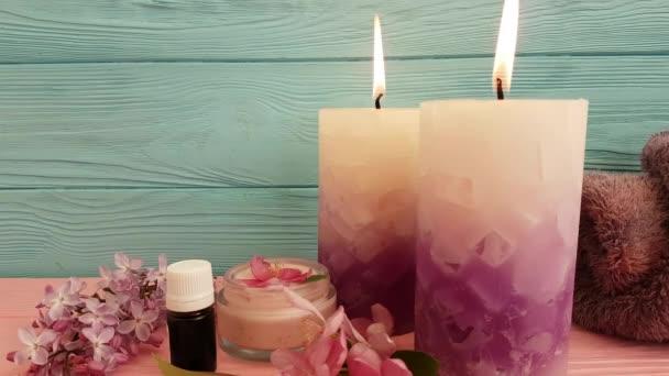 svíčka krémová kosmetické květiny na dřevěné, Zpomalený záběr