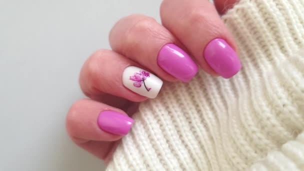 žena ruka krásná manikúra květinový svetr