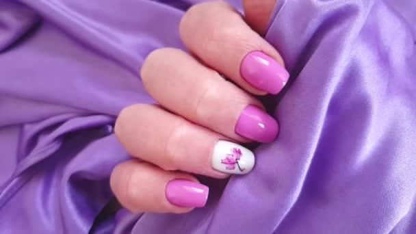 žena ruka krásná manikúra hedvábí květinový