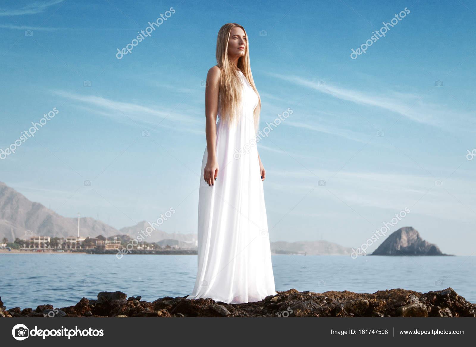 De Dame Plage Et Blanche En Imprenable Sur La Vue Robe nvN0w8Om