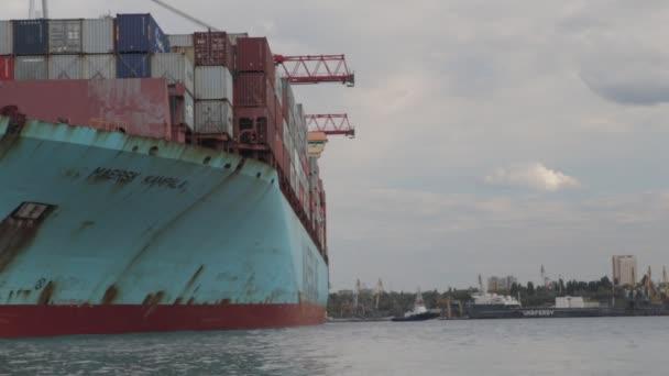 SINGAPUR - 08. Mai 2020: Ladung von Containerschiffen im Seehafen. Logistik und Transport von Containerschiffen mit funktionierender Kranbrücke in der Werft.